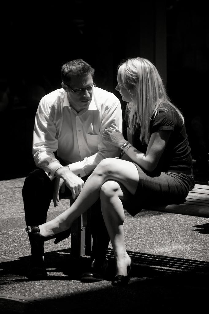 在談判桌上,調情的女生得到更多
